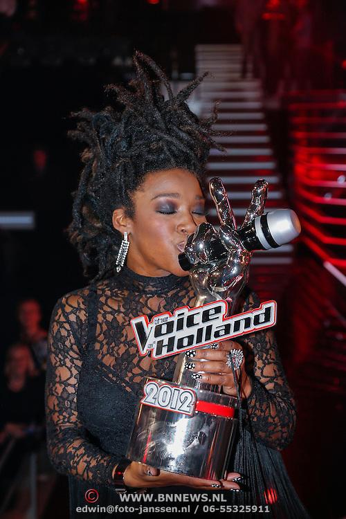 NLD/Hilversum/20121214 - Finale The Voice of Holland 2012, winnares Leona Phillipo