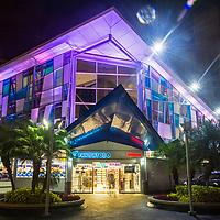Fachada nocturna de la Tienda Melanie. Caracas, 21 de julio del 2017. Jimmy Villalta. Night facade of the Melanie Store.