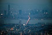 Ansicht auf das abendliche Leben der koreanischen Metropole von der oberen Aussichtsplattform des N Seoul Towers. Der N Seoul Tower ist ein der Öffentlichkeit zugänglicher Fernsehturm in der südkoreanischen Hauptstadt Seoul. Der 236,7 Meter hohe Turm steht auf 243 m ü. N.N. des Berges Namsan. <br /> <br /> View to the evening life of the Korean metropolis from the N Seoul Tower in the center of the city. N Seoul Tower is a communication tower located in Seoul, South Korea. Built in 1969, and opened to the public in 1980, the tower measures 236.7 m (777 ft) in height (from the base) and tops out at 479.7 m (1,574 ft) above sea level.