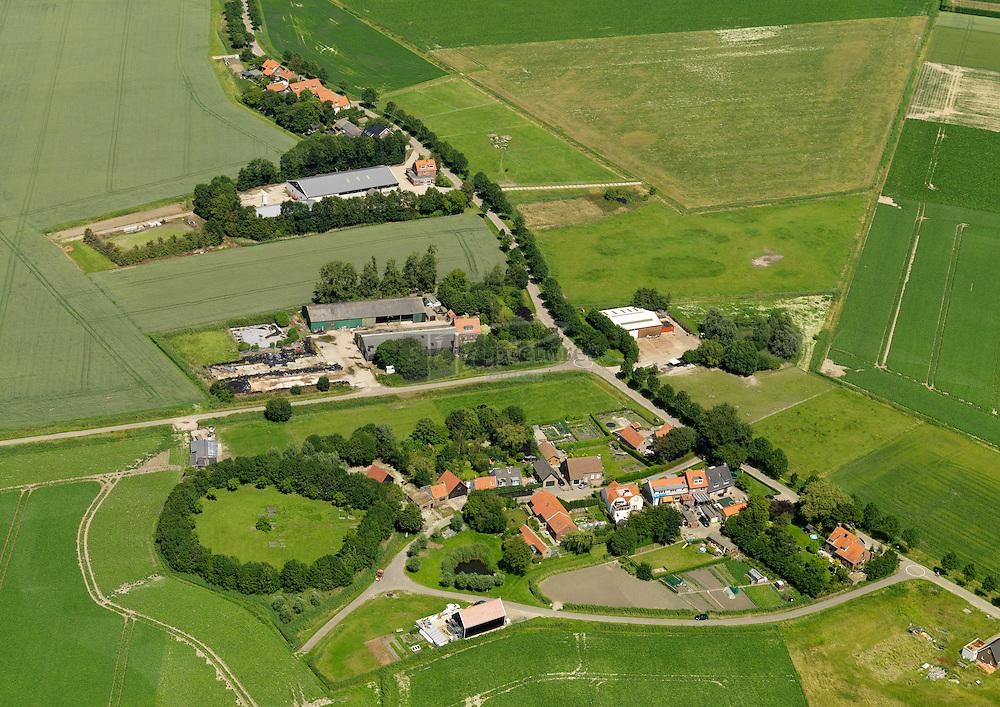 20110627 0121 Buurtschap Oudeland of Het Oudeland met de kenmerkende begraafplaats