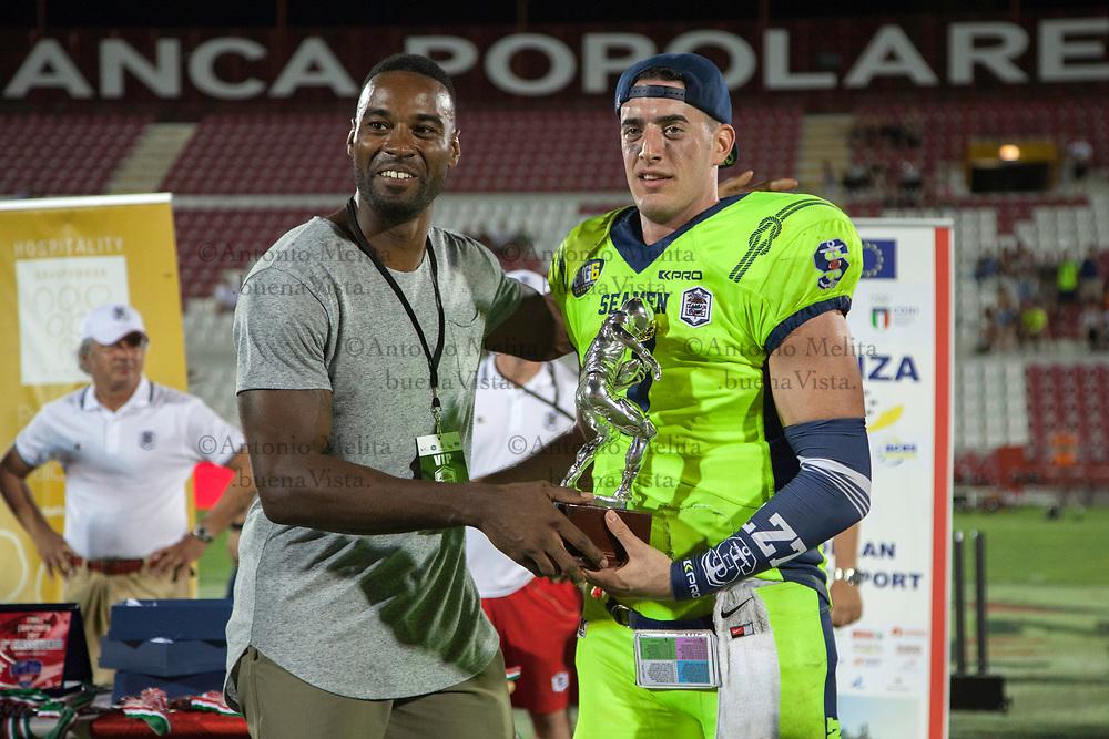 MVP della partita, votato dai giornalisti presenti in tribuna stampa, Luke Zahradka, premiato da Calvin Johnson.