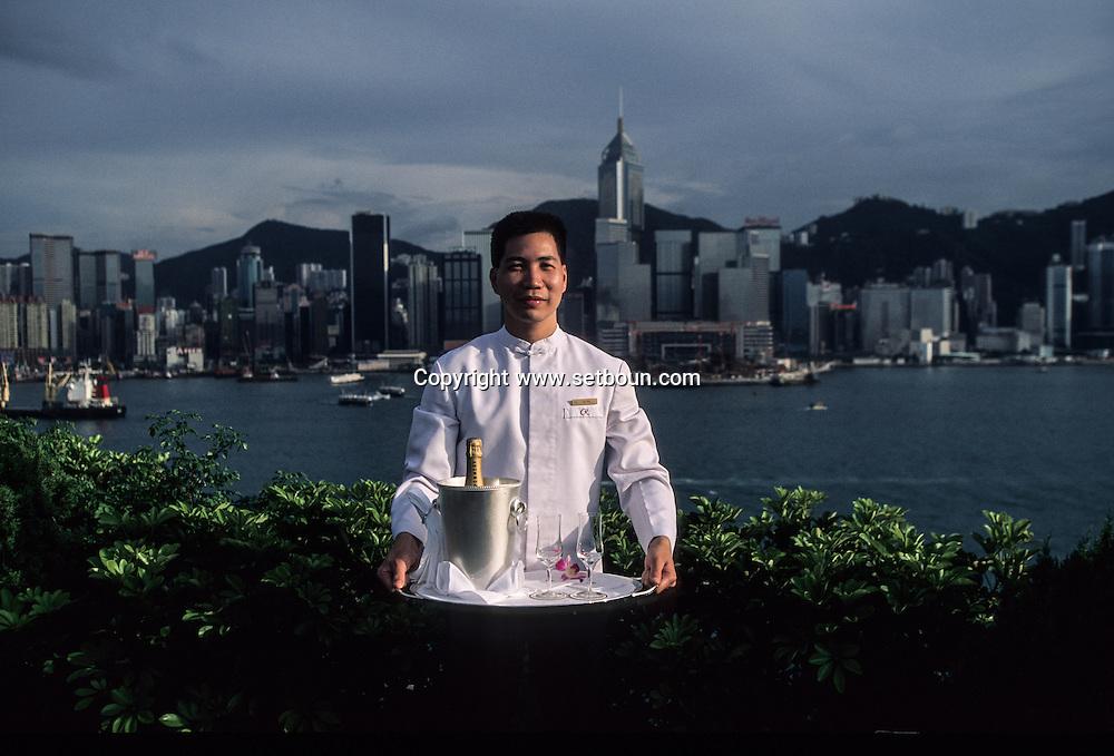 Hong Kong. regent hotel , lobby, jacuzis, and waiters Kowloon. .   16   / Les privilégiés qui ont les moyens peuvent admirer la baie de  depuis leur jacuzi privé Sur le toit de l' hôtel Régent à, Kowloon.   16  / L1396  / 319177/47