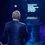 NLD/Baarn/20180410 - 2018 finale 'It Takes 2, Gordon Heuckeroth leest van de telepromter