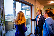 DIEPENVEEN - Koning Willem-Alexander en minister Carola Schouten (Landbouw, Natuur en Voedselkwaliteit) brengen een bezoek aan het biologisch dynamische melkveebedrijf Natuurderij Keizersrande. Het bezoek is onderdeel van een reeks bezoeken van de koning met ministers en staatssecretarissen. ANP ROYAL IMAGES ROBIN UTRECHT **NETHERLANDS ONLY**