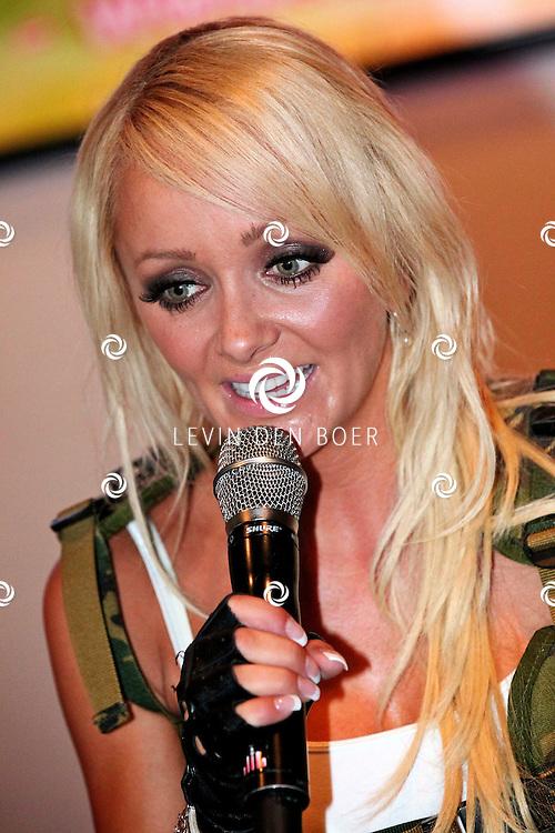 NIJMEGEN - Vrijdag de 13e heeft de populaire meidengroep Djumbo haar vierde album getiteld 'Chase' gelanceert. Het album bevat 14 vrolijke hits zoals we ze gewend zijn van de meiden; half Nederlands, half Engels en met een hoog meezing- en swinggehalte. Met op de foto Lindsy Schuman. FOTO LEVIN DEN BOER - PERSFOTO.NU