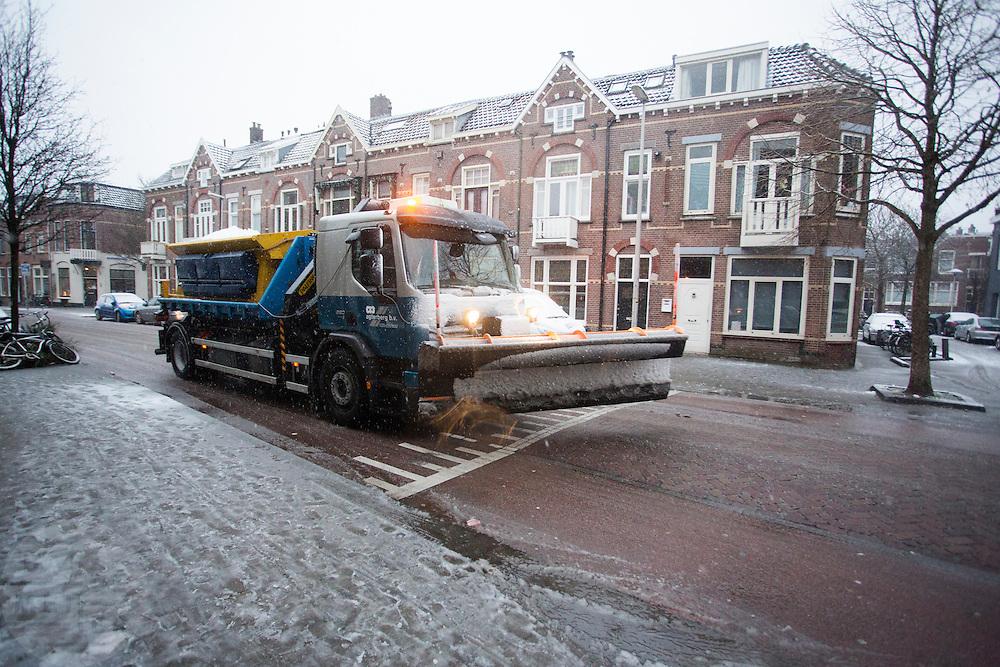 In Utrecht maakt een strooiwagen de wegen ijsvrij.<br /> <br /> Utrecht a gritter makes the roads free of ice.