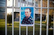 22112007. Prishtina. Mur des disparus albanais de la guerre de 1998-99 contre les Serbes devant le parlement du Kosovo. Plus de 200 photos sont accrochées. Personne ne sait ce que sont devenues ces personnes.