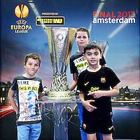 Nederland, Amsterdam , 9 mei 2013.<br /> De Europa Leaguebeker , oftewel UEFA beker was in de Sporthallen Zuid te bewonderen.<br /> Op de foto: Ronan Talboom (m) Didier Talboom (l) en Ries Braccogartner uit Breda,<br /> Foto:Jean-Pierre Jans