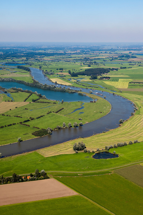 Nederland, Gelderland Veluwe, IJsseldal, 06-09-2010; IJssel en IJsselvallei ten noorden van Zutphen in noordelijk richting, links de Rammelwaard overgaand in De Voorster Klei..Valley of river IJssel north of Zutphen..luchtfoto (toeslag), aerial photo (additional fee required).foto/photo Siebe Swart