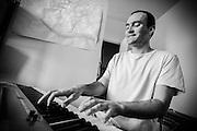 Fred au piano chez lui