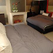 NLD/Eemnes/20060921 - Perspresentatie de Gouden Kooi, villa, slaapkamer, bed, bedden, open haard