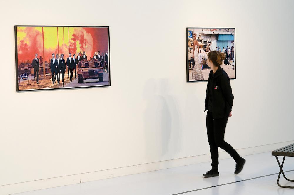 Nederland, Den Bosch, 20101113..Martha Rosler in the museum of modern art, SM's, in Den Bosch. Martha Rosler is een van de grootheden van de conceptuele en maatschappijkritische kunst. Ze werkt met video, fotocollages, tekstbeelden, installaties en performances. Haar oeuvre is te zien als een persoonlijk feministisch commentaar op de hedendaagse wereld. .Met Point and Shoot presenteert het SM's de eerste solotentoonstelling van Martha Rosler in Nederland. .Vrouwen kijken naar kunst..Netherlands, Den Bosch, sort 13-11-10..Martha Rosler in the Museum of Modern Art, SM's, in Den Bosch. Martha Rosler is one of the greats of conceptual art and social criticism. She works with video, photo collages, text, images, installations and performances. Her work can be seen as a personal feminist commentary on the contemporary world..Point and Shoot presents the SM's first solo exhibition of Martha Rosler in The Netherlands..