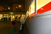 Mannheim. 08.01.18 | <br /> Fasnacht. Feuerio sucht nach einem passenden Prinzen für die Kampagne 2018. Am Samstag soll er beim Weißen Ball inthronisiert werden.<br /> - Inkognito. Prinz Marcus putzt die Scheiben beim VfR.<br /> Bild: Markus Prosswitz 08JAN18 / masterpress (Bild ist honorarpflichtig - No Model Release!) <br /> BILD- ID 00397 |