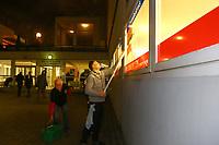 Mannheim. 08.01.18   <br /> Fasnacht. Feuerio sucht nach einem passenden Prinzen f&uuml;r die Kampagne 2018. Am Samstag soll er beim Wei&szlig;en Ball inthronisiert werden.<br /> - Inkognito. Prinz Marcus putzt die Scheiben beim VfR.<br /> Bild: Markus Prosswitz 08JAN18 / masterpress (Bild ist honorarpflichtig - No Model Release!) <br /> BILD- ID 00397  