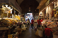Turkey. Istambul. daily life in the spices bazaar of Istanbul / le bazaar des epices