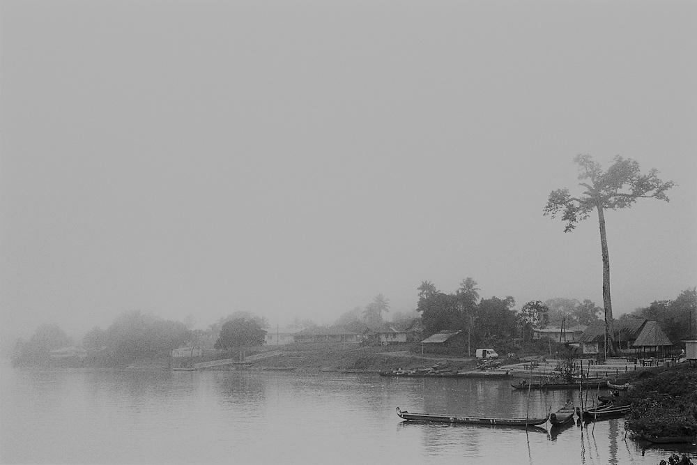Guyane fran&ccedil;aise, Maripasoula, Haut-Maroni.<br /> <br /> Pole economique du Haut-Maroni pour certains, tiers-monde de la republique pour d'autres. <br /> Plus vaste &quot;commune&quot; de France : 3 600 habitants sur un rayon de 150 km, coincee entre la foret amazonienne et le Maroni, fleuve frontiere du Surinam. A l&rsquo;exception des services departementaux et municipaux, l'orpaillage avec ses metiers derives represente la seule source d&rsquo;activite. <br /> Maripasoula marque la limite entre le pays bosch (1) et le pays amerindien Wayana.<br /> L'approvisionnement vient du Surinam, sur la rive opposee ou des villes du littoral, St Laurent ou Cayenne.<br /> <br /> (1) Pays boni. Majoritaires sur le fleuve, les Bonis ou Bushinengues - composes de quatre ethnies, les Alukus (a Maripasoula), les Djukas (plus au nord), les Paramakas et les Saramakas - sont des Noir marrons descendants d'Africains ayant vecu en autarcie dans la foret amazonienne, de chaque cote du Maroni.