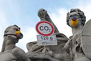 """Roma 5 Giugno 2008.  <br /> L' Associazione ambientalista  """"Terra""""  per protesta contro l'emissione di CO2, ha applicato  su 150 statue di Roma  mascherine antinquinamento e cartelli contro il CO2.Il monumento a Ponte Vittorio<br /> Rome June 5, 2008.  <br /> L 'Environmental association """"Earth"""" in protest against the emission of CO2, has applied to 150 statues of Rome anti-pollution masks and poster against the CO2."""