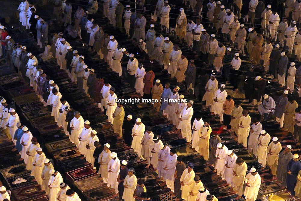60103054  <br /> Pakistani Muslim's attend a special evening prayer Tarawih on a street of southern Pakistani port city of Karachi on July 10, 2013, the first day of the fasting month of Ramadan on Wednesday, July 10, 2013.<br /> Photo by imago / i-Images