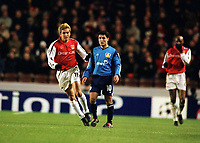 Fotball: Junichi Inamoto, Arsenal. Yildiray Basturk Bayer Leverkusen. Arsenal v Bayer Leverkusen. Champions League. 27.2.2002.<br />