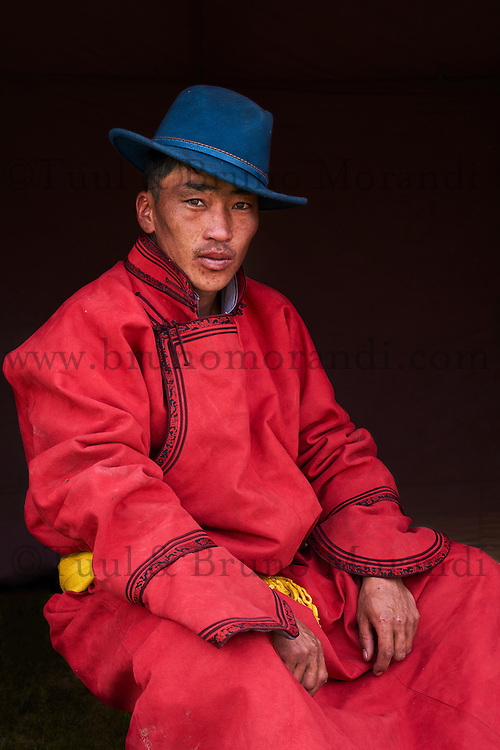 Mongolie, province de Bayankhongor, fêtes traditionnelles de Naadam, portait d'un jeune homme en deel costume traditionnel // Mongolia, Bayankhongor province, Naadam, traditional festival, portrait of a young man in deel, traditional costume