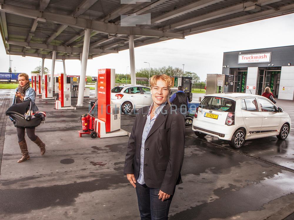 Heidi van Dijkhuizen bij een van haar Total tankstations in Tiel. Van Dijkhuizen Olie bezit 35 tankstations in Nederland.
