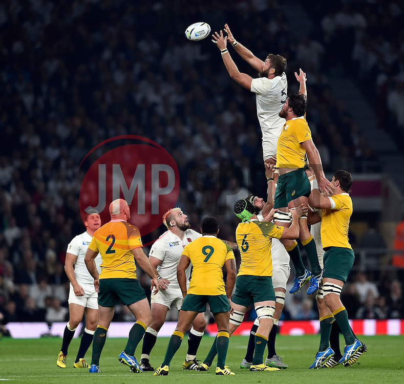 Geoff Parling of England wins the ball at a lineout - Mandatory byline: Patrick Khachfe/JMP - 07966 386802 - 03/10/2015 - RUGBY UNION - Twickenham Stadium - London, England - England v Australia - Rugby World Cup 2015 Pool A.