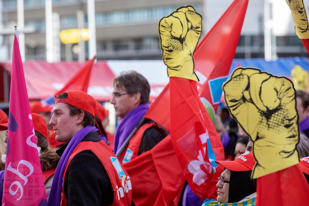 Op het Jaarbeursplein in Utrecht demonstreren mensen voor een beter pensioen. De vakbond CNV voert samen met het FNV en VCP in heel Nederland actie voor een beter pensioen. Eerdere onderhandelingen over pensioenen met de overheid en het bedrijfsleven liepen vast. Nu grijpen de vakbonden gezamenlijk naar acties. In allerlei sectoren wordt actie gevoerd. Zo wordt het openbaar vervoer van 06:00 tot 07:06 stilgelegd en rijden hulpverleners in een colonne met 66 km/u naar Den Haag. Op het Malieveld vindt de afsluitende manifestatie plaats.<br /> <br /> De Dutch trade unions CNV, FNV and VCP are demonstrating for a better retirement agreement. Last year the negotiations between the trade unions, the government and employers collapsed.