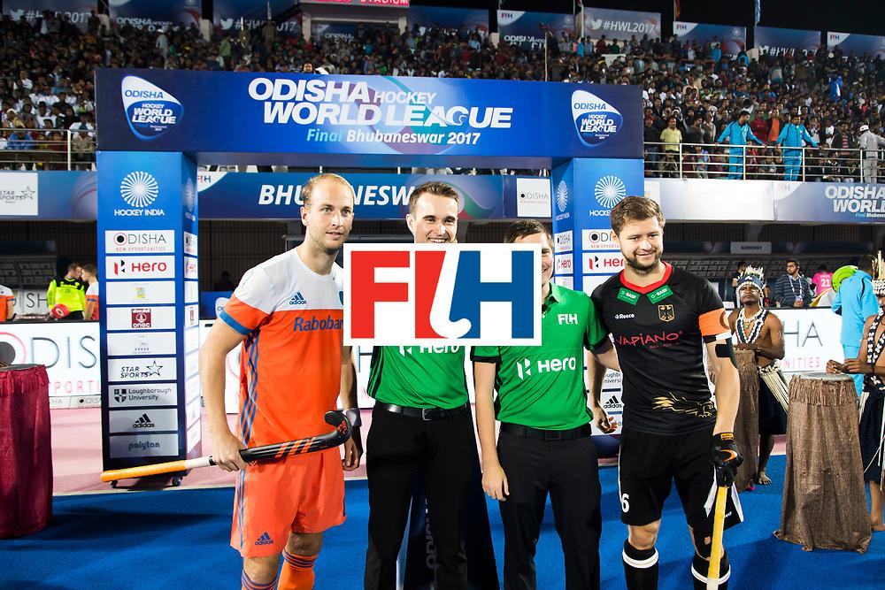 BHUBANESWAR - Billy Bakker (Ned) , Martin Haener (Ger), scheidsrechters Marcin Grochal en Dan Barstow  voor de Hockey World League Finals , de kwartfinale wedstrijd Duitsland-Nederland (3-3).Duitsland wint na shoot-outs.    COPYRIGHT KOEN SUYK