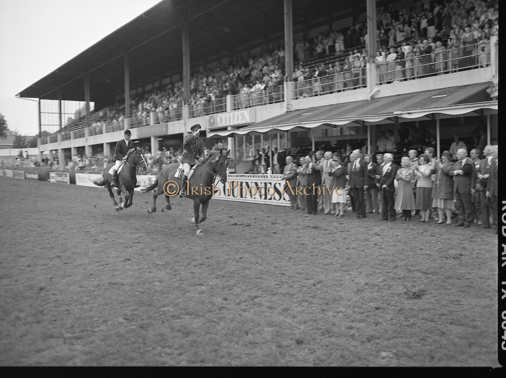 Guinness Competitions At The RDS Horse Show.(R39)..1986..09.08.1986..08.09.1986..9th August 1986..At the Dublin Horse Show at the RDS, Guinness sponsor several events,The Guinness Match International, The Novice Championship and the Guinness Tankard...Winner and runner up, Eddie Macken and Capt Gerry Mullins are pictured on their lap of honour after they recieved their awards at the horse Show.