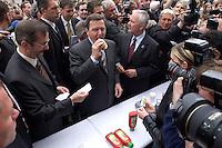12 MAY 2004, LUDWIGSFELDE/GERMANY:<br /> Gerhard Schroeder (M), SPD, Bundeskanzler, isst eine Grillwurst, umgeben von Journalisten, Personenschuetzern und einigen Schuelern, waehrend dem Besuch der Gesamtschule Ludwigsfelde, Links: Matthias Platzeck, Ministerpraesident Brandenburg, und Rechts: Manfred Stolpe, SPD, Bundesverkehrsminister, <br /> Gerhard Schroeder, Federal Chancellor, is eating a sausage, during a visit of a school near Berlin<br /> IMAGE: 20040512-02-031<br /> KEYWORDS: Gerhard Schröder, Schule, Schüler, Fotografen, photographer, pupil, pupils