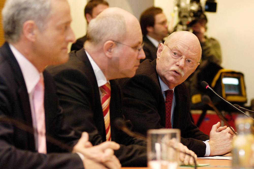 22 FEB 2006, BERLIN/GERMANY:<br /> Peter Ramsauer (L), CSU, Vors. d. CSU Landesgruppe, Volker Kauder (M), CDU, CDU/CSU Fraktionsvorsitzender, Peter Struck (R), SPD Fraktionsvorsitzender, waehrend einer Pressekonferenz zum Thema &quot;100 Tage Grosse Koalition - Bilanz der Fraktionen&quot;, Jakob-Kaiser-Haus, Deutscher Bundestag<br /> IMAGE: 20060222-01-002