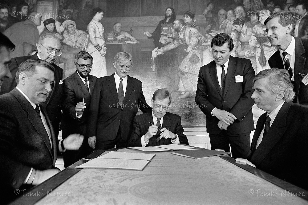 Prague, 6 May 1992 - Summit of the Viszegrad Three - Lech Walesa, Vaclav Havel and Jozef Antal sign a joint document in the Brozik Room of Prague Castle