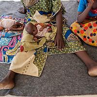 11/10/2012. CRENI de Tanout/Niger. Tente accueillant l'extension de l'espace dédié à la phase T. Maïmouna avec ses jumeaux Karimadine et Isiaka, de moins de trois mois et moins de trois kilogrammes, sous traitement à base de techniques de supplémentation. Crédits: CRF/Sylvain Cherkaoui