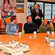 NLD/Huizen/20110211 - VVD taartactie voor ploeg sneeuwruimers van de gemeente Huizen