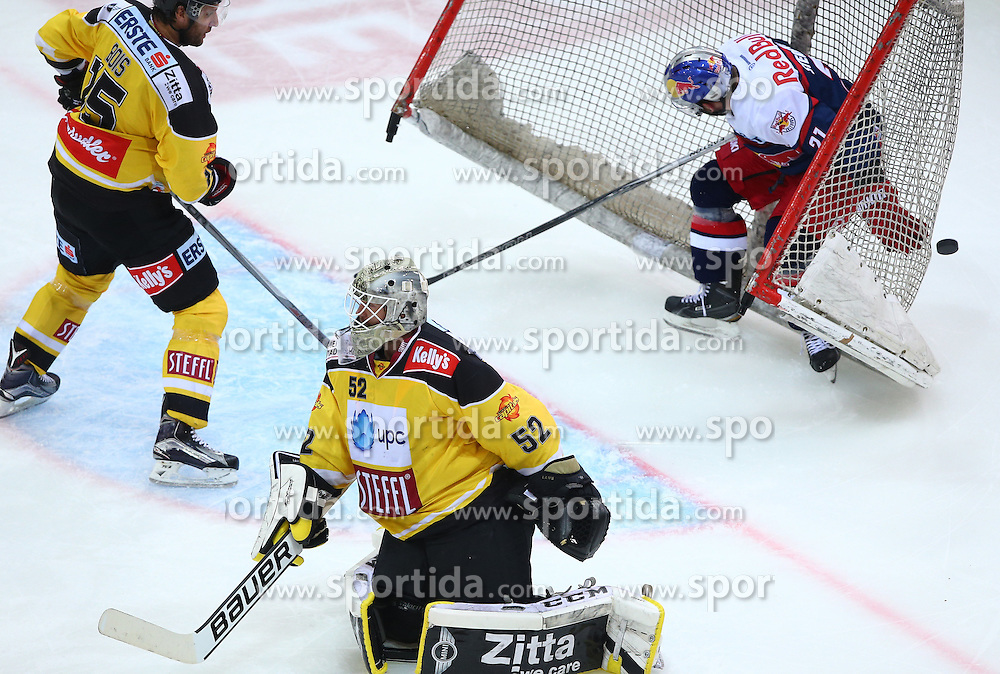 13.10.2015, Albert Schultz Eishalle, Wien, AUT, EBEL, UPC Vienna Capitals vs EC Red Bull Salzburg, 11. Runde, im Bild Danny Bois (UPC Vienna Capitals), Nathan Lawson (UPC Vienna Capitals) und Brett Sterling (EC Red Bull Salzburg) // during the Erste Bank Icehockey League 11th Round match between UPC Vienna Capitals and EC Red Bull Salzburg at the Albert Schultz Ice Arena, Vienna, Austria on 2015/10/13. EXPA Pictures © 2015, PhotoCredit: EXPA/ Thomas Haumer