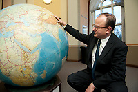 11 NOV 2010, POTSDAM/GERMANY:<br /> Prof. Ottmar Edenhofer, Deputy Director Potsdam Institute for Climate Impact Research, PIK, mit einem Globus, Potsdam Institute for Climate Impact Research<br /> IMAGE: 20101111-03-053