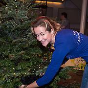 NLD/Hilversum /20131210 - Sky Radio Christmas Tree For Charity 2013, Paulien Huizinga versierd haar boom
