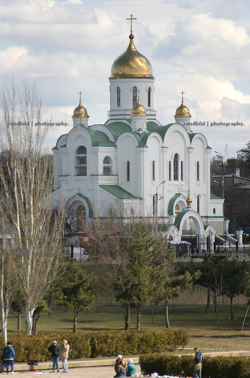 Orthodoxe Kirche mit goldenen Kuppel in Tiraspol/Transnistrien. / Orthodox Church with golden domes in Tiraspol/Transnistria.