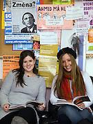 Erasmus Studenteninnen an der Philosophischen Fakultaet der Prager Karlsuniversitaet vor ihren Tschechisch Kurs für Änfänger. Links Laura Gurfein und Jordana Molloy - beide kommen aus New York. Die philosophische Fakultaet der Prager Karlsuniversitaet ist am Jan Palch Platz im Zentrum von Prag.<br /> <br /> Erasmus students of the philosophical faculty as part of Charles University located at the Jan Palach square in the center of Prague. Left Laura Gurfein and Jordana Molloy - both are guest students from New York.