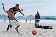 Johannis Wendt nach den Spiel gegen New Zeland. spiel mit brasilianische kinder im Strand von Copacabana. Rio de Janeiro. Brazil. 19.09. 2010