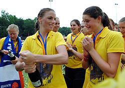 20-05-2007 HOCKEY: FINALE PLAY OFF: DEN BOSCH - AMSTERDAM: DEN BOSCH <br /> Den Bosch voor de tiende keer op rij kampioen van de Rabo Hoofdklasse Dames. In de beslissende finale versloegen zij Amsterdam met 2-0 / Mijntje Donners en Lidewij Welten<br /> ©2007-WWW.FOTOHOOGENDOORN.NL
