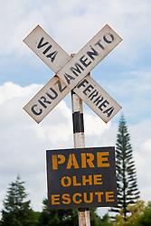 Placa de sinalizacao de cruzamento de ferrovia: Pare, Olhe, Escute /  Railway Crosswalk sign: stop, look,listen (in Portuguese)