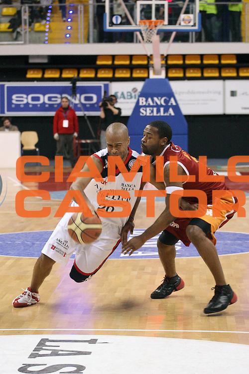 DESCRIZIONE : Biella Lega A 2009-10 Angelico Biella Lottomatica Virtus Roma<br /> GIOCATORE : Joe Smith<br /> SQUADRA : Angelico Biella<br /> EVENTO : Campionato Lega A 2009-2010 <br /> GARA : Angelico Biella Lottomatica Virtus Roma<br /> DATA : 07/03/2010 <br /> CATEGORIA : Palleggio<br /> SPORT : Pallacanestro <br /> AUTORE : Agenzia Ciamillo-Castoria/S.Ceretti<br /> Galleria : Lega Basket A 2009-2010 <br /> Fotonotizia : Biella Campionato Italiano Lega A 2009-2010 Angelico Biella Lottomatica Virtus Roma<br /> Predefinita :