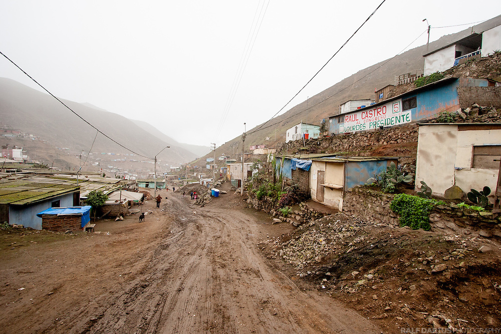 Bellavista is a settlement at the foggy outscirts of Lima, which is not connected to the water supply system of the city. Alimon e.V.  (http://www.alimon.org/5.html) started the Green Desert Project, in order to establish a community driven local water supply based on fog-collecting nets on the hillsides catching moisture from dense fog that sweeps in from the Pacific Ocean.
