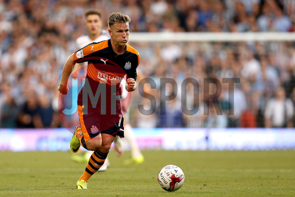 Matt Ritchie of Newcastle United runs with the ball - Mandatory by-line: Robbie Stephenson/JMP - 05/08/2016 - FOOTBALL - Craven Cottage - Fulham, England - Fulham v Newcastle United - Sky Bet Championship