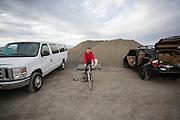 Damjan Zubovnik is bezig met de warming up voor de eerste recordpoging. In Battle Mountain (Nevada) wordt ieder jaar de World Human Powered Speed Challenge gehouden. Tijdens deze wedstrijd wordt geprobeerd zo hard mogelijk te fietsen op pure menskracht. Ze halen snelheden tot 133 km/h. De deelnemers bestaan zowel uit teams van universiteiten als uit hobbyisten. Met de gestroomlijnde fietsen willen ze laten zien wat mogelijk is met menskracht. De speciale ligfietsen kunnen gezien worden als de Formule 1 van het fietsen. De kennis die wordt opgedaan wordt ook gebruikt om duurzaam vervoer verder te ontwikkelen.<br /> <br /> Damjan Zubovnik is warming up for the first record attempt. In Battle Mountain (Nevada) each year the World Human Powered Speed Challenge is held. During this race they try to ride on pure manpower as hard as possible. Speeds up to 133 km/h are reached. The participants consist of both teams from universities and from hobbyists. With the sleek bikes they want to show what is possible with human power. The special recumbent bicycles can be seen as the Formula 1 of the bicycle. The knowledge gained is also used to develop sustainable transport.