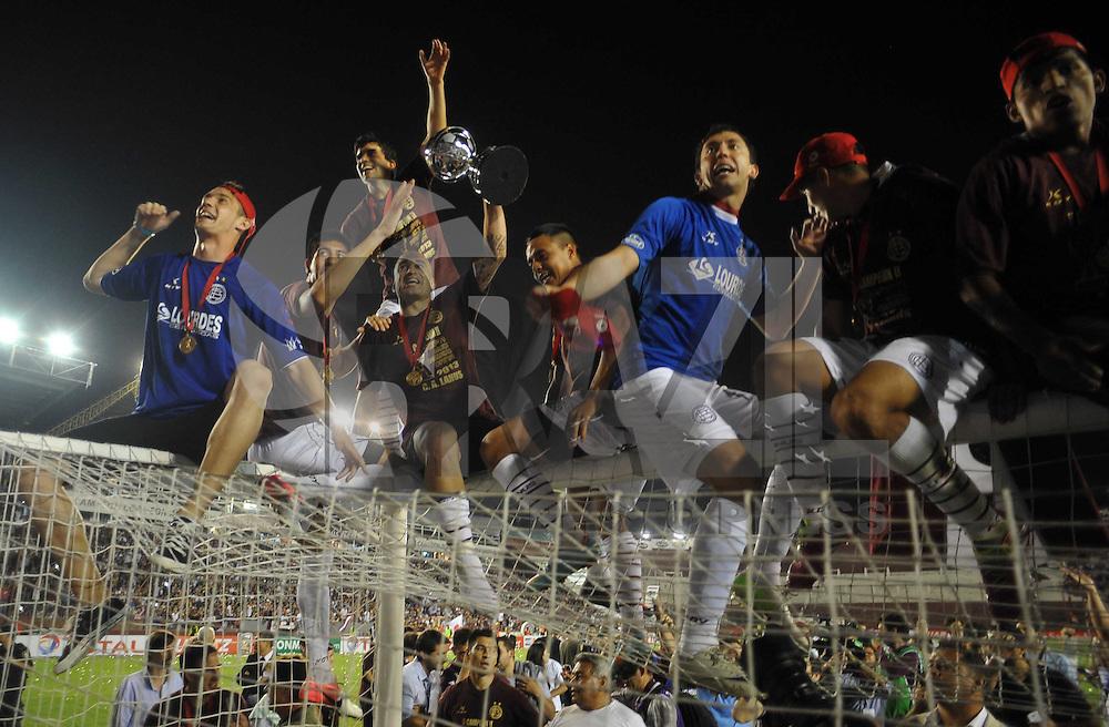 ogadores do Lanús comemoram a conquista da Copa Sul-Americana 2013 após a vitória por 2 a 0 diante da Ponte Preta, no Estádio La Fortaleza, em Lanús, Buenos Aires, na Argentina, no início da madrugada desta quinta-feira. (Foto: Juani Roncoroni / Brazil Photo Press).