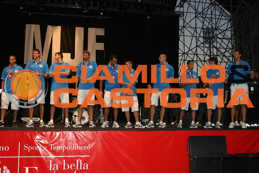 DESCRIZIONE : Milano Media Day Nazionale Italiana Uomini Piazza Cairoli Invasione Ultracanestri<br /> GIOCATORE : Nazionale Italiana Maschile<br /> SQUADRA : Nazionale Italiana Uomini Italia<br /> EVENTO : Milano Media Day Nazionale Italiana Uomini Piazza Cairoli Invasione Ultracanestri<br /> GARA :<br /> DATA : 18/07/2007<br /> CATEGORIA : <br /> SPORT : Pallacanestro<br /> AUTORE : Agenzia Ciamillo-Castoria/G.Ciamillo