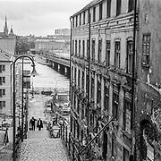 Pustegränd på Södermalm. Huset till höger ser ut att vara i totalt förfall men är i dag upprustat och i fint skick.