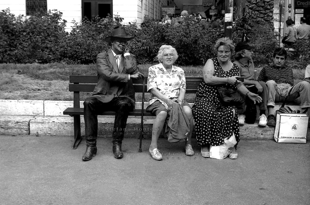 Roma Ottobre 1997.Panchina scultura di J. Seward Johnson Jr, in piazza di Spagna.Bench sculpture by J. Seward Johnson Jr, in Piazza di Spagna